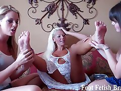 Bella and Leyla have to suck Courtneys toes
