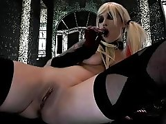 Harley Quinn Cosplayer fucks herself with a Dildo