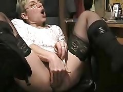 mature woman on cam tries several toys in ass