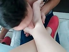 Slave licking my cute feet and soles lambendo meus pezinhos