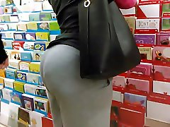 Candid milf ass in grey sweats