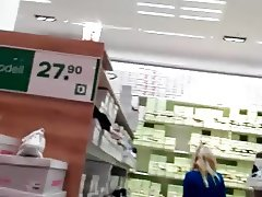 Flash with cum behinde blonde woman in shoeshop