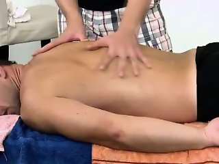 Hunky masseur relaxes amateur