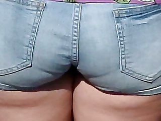PLUMP BOOTY IN SHORTS