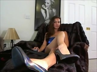 Sexy Foot Goddess tempts us w/ her succulent fetish tease