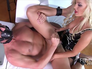 Blonde fuck guy whit strapon