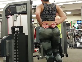 Big booty in gym