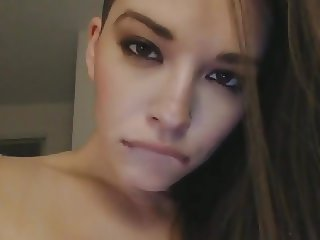Pretty Babe Get Naked and Masturbate on Cam