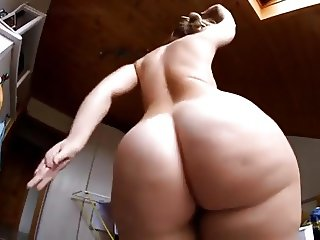 Big Ass white Girl shaking it
