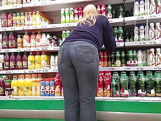 Fatty blonde's big round ass