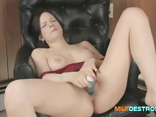 MILF goes solo with a dildo
