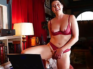 Amateur MILF feeding pussy in front of laptop