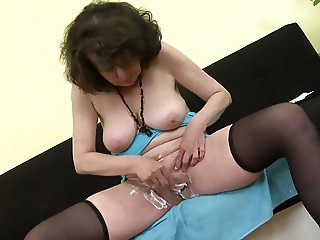 Mature 55yo mother Harriet shaving her hairy pussy
