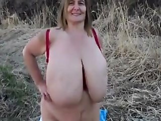Big natural tits swinging outdoord .