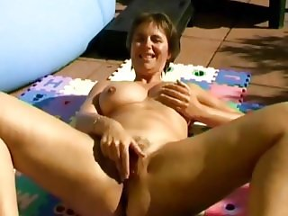 French milf takes a pee