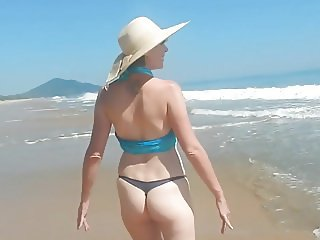 Shel, 44 - sexy bikini on the beach.
