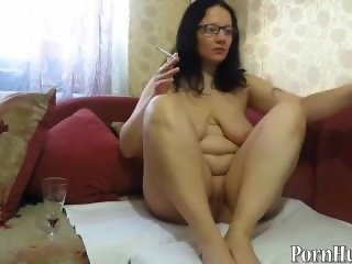 mature milf, pissing and smoking. urine fetis