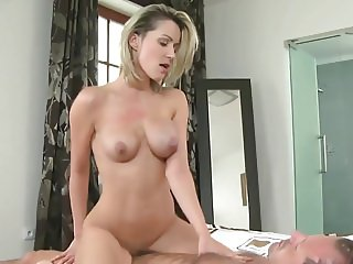 Blonde MILF meets tinder date for great fuck