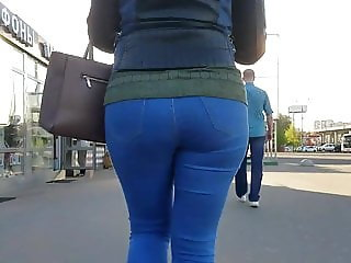 MILF with round ass go to the bus