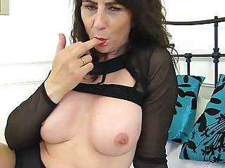 UK mature mom feeding her hungry pussy