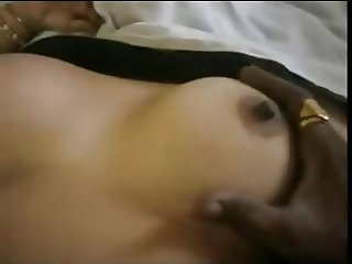 desi aunty in saree showing boobs