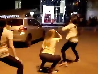 3 hot teenager girls shake their Asses in public