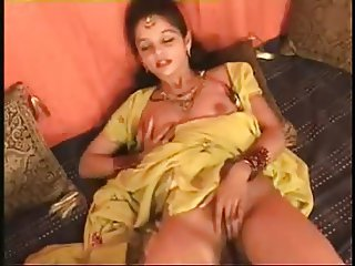 Hot Northindian B Grade Actress expose her Boobs & Pussy