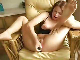 barefoot milf toying her cunt