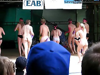 on naked stage girs