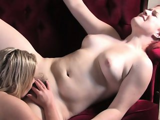 Girls Out West - Cute lesbian plumpers scissor on the sofa