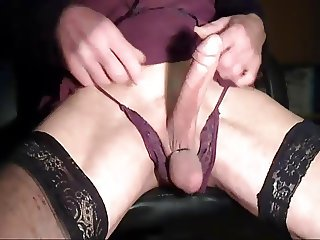 Crossdresser cockplay in violett
