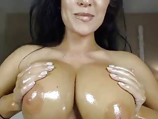 Sexxy Brit Oiled Up & Rubs Clit On Cam