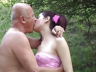 Grandpa seduce teen went to the Park