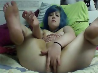Chubby with blue hair plays pussy