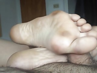 BARE FOOT & Amateur Footjob Massage