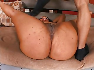 Ebony hottie getting ready for some action