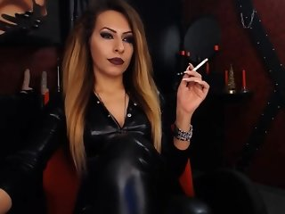 Latex Domina smoking