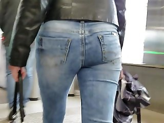 Sexy young blond mom's ass