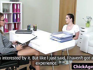 Casting les chick agent toyed in pussy