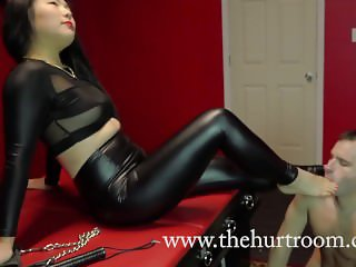 Asian Dominatrix Nari Park allows slave to worship her feet inside The Hurt