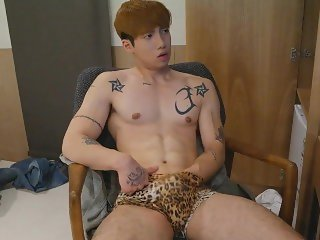 Korean Hunk Gets a Helping Hand(HD