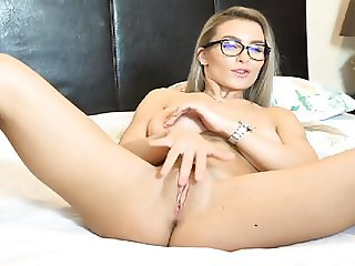 Cute Webcam Babe Fingering Pussy on Cam