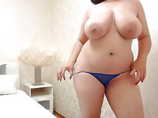 Norahreve is in her room and flashing her bouncies