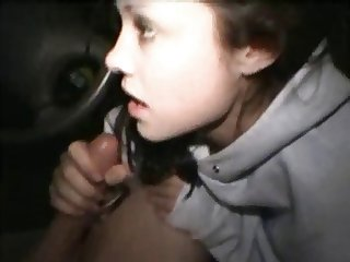 Very hot teen girlfriend blowsin the car