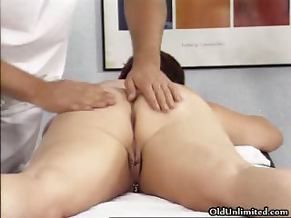 Mature fat slut gets her horny wet cunt part1
