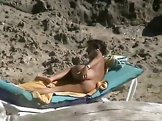 Spy mature asshole fingering on beach