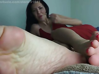 Jerk that tiny cock for my feet