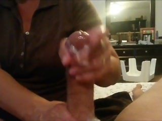 Experienced MILF gives an amazing handjob