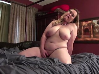 Curvy American housewife fingering herself