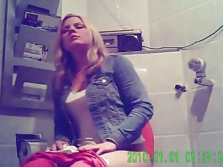 Toilet spy on girls at party HIDDEN CAM